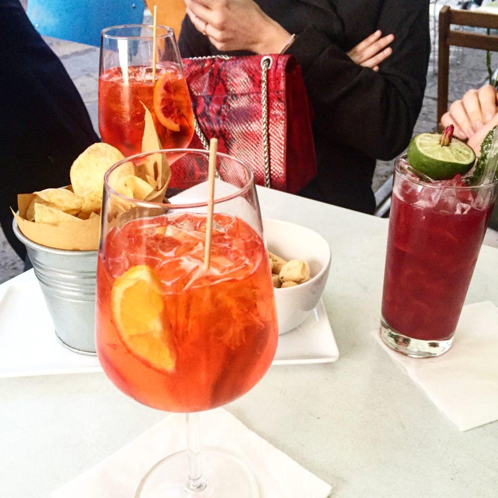 Aperitivo entre copines avec Spritz et petites choses à grignoter sur les Navigli, the place to be pour les aperitivi milanais