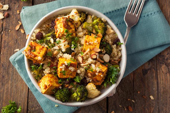 Bowl au quinoa, brocolis et tofu fumé : le genre de plat qui fait partie du programme Powerdiet