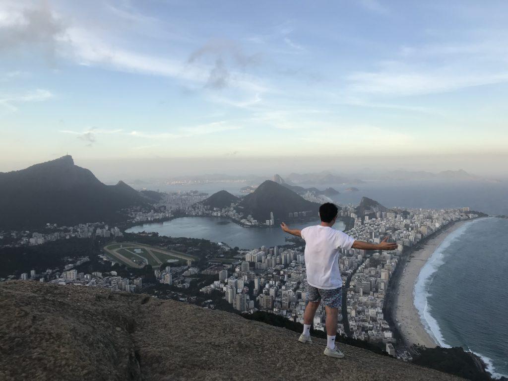 Hugo surplombant Rio et la plage mythique de Copacabana