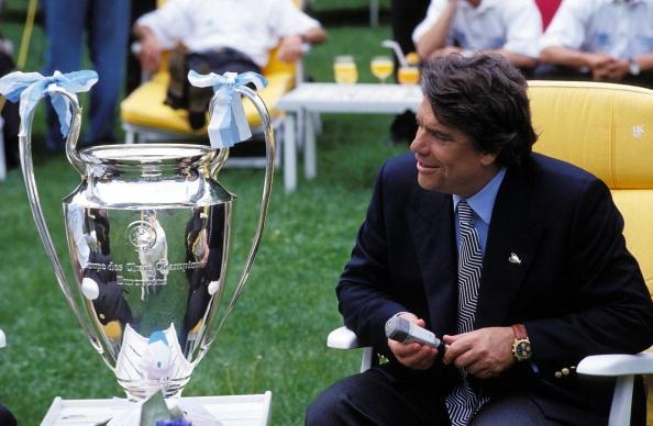 Bernard Tapie face à la coupe de la Ligue des Champions remportée par l'OM alors qu'il en était le président en 1993.