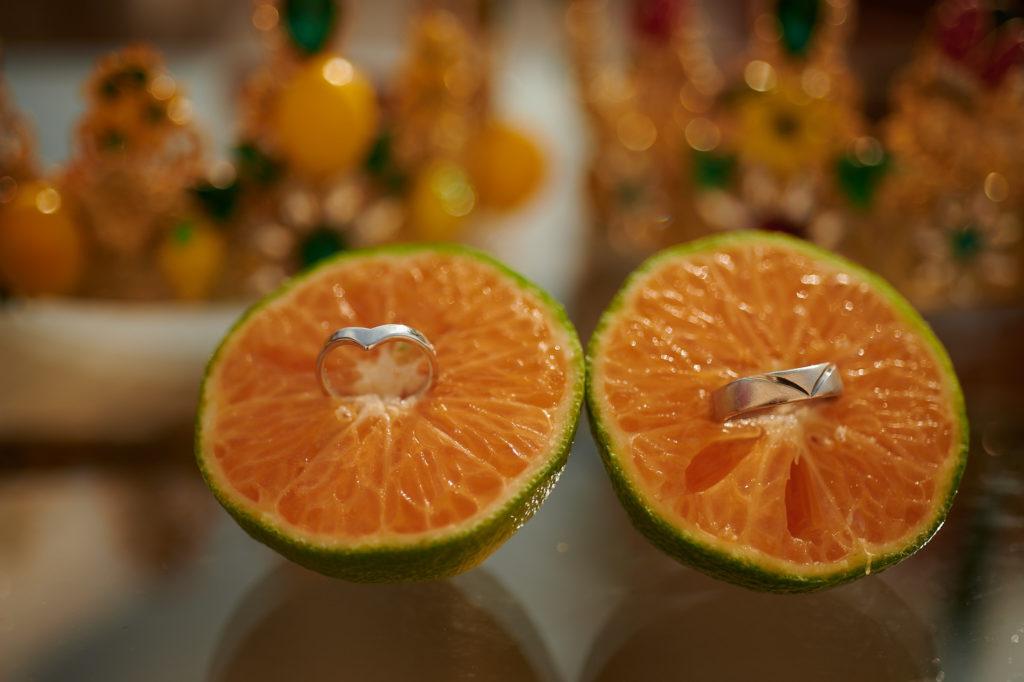 Nos alliances présentées dans des mandarines vertes de Calabre. La Calabre produit les meilleures clémentines du monde dont l'origine est protégée. La saison des agrumes va de début octobre à fin janvier.