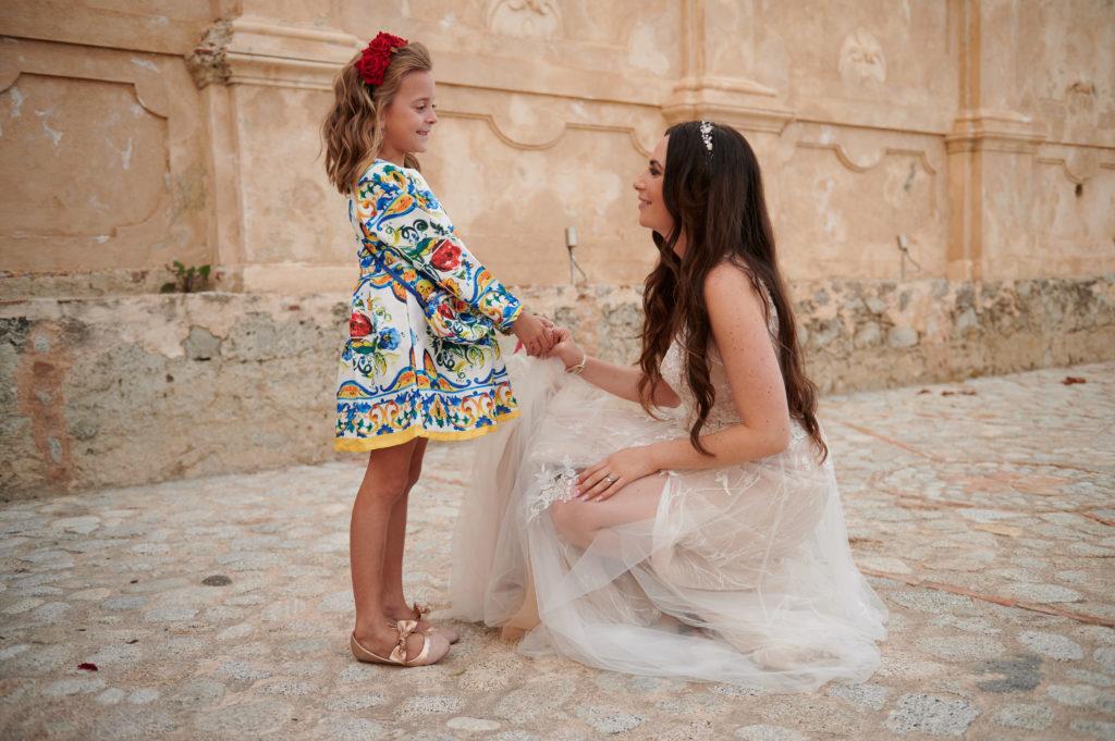 Ma filleule Scarlett, porteuse d'anneaux et demoiselles d'honneur dans sa robe Dolce Vita