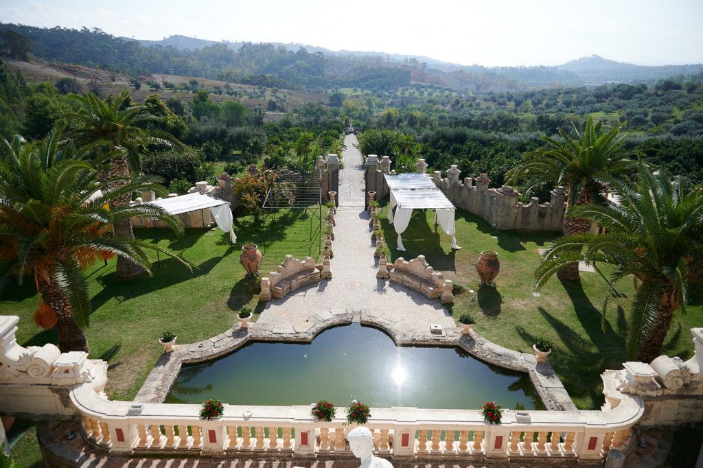 Vue du premier étage de la Villa Caristo : les collines d'oliviers et la mer au loin