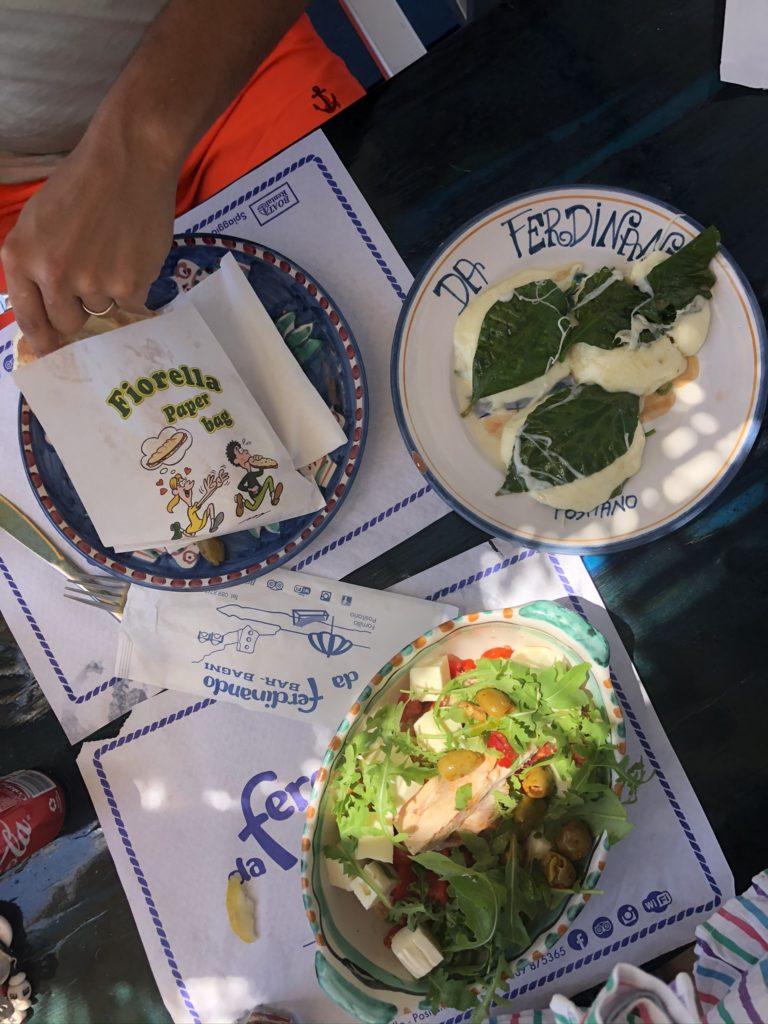 Mozzarella grillée sur feuilles de citronnier, salade et panino Da Fernandino dans des assiettes estampées, j'adore !