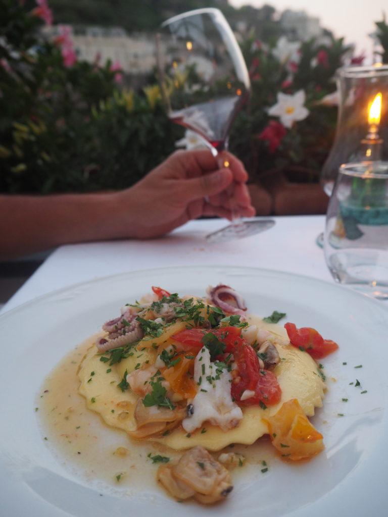 Un raviolo fourré au provolone dans une sauce aux fruits de mer servi sur la terrasse de notre hôtel dont on se souviendra longtemps !