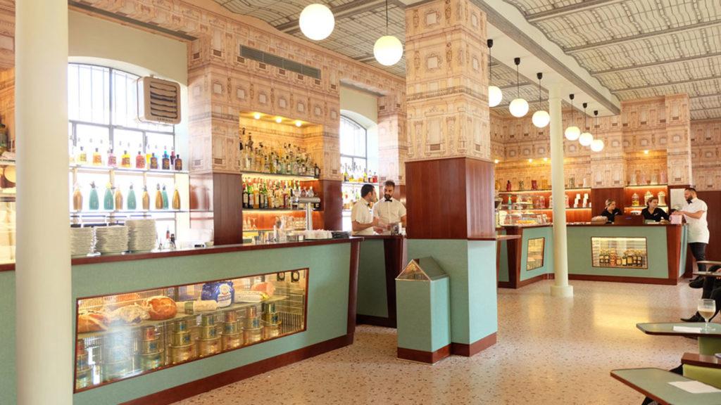 Le Bar Luce de la Fondazione Prada à la mode Wes Anderson